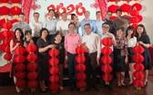 吳駿總領事、郝志剛副總領事、趙騫會長與各位嘉賓上台合影拍照留念。