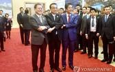 韓國總統文在寅(左起)、中國國務院總理李克強、日本首相安倍晉三合影。(圖源:韓聯社)
