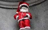 """400 歲撒尿小童雕像24日一早應景變身為""""聖誕老人""""。(圖源:互聯網)"""