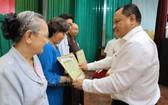 第十一郡人委會主席陳飛龍表彰取得出 色成績的個人及單位。