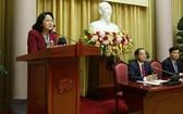 國家副主席鄧氏玉盛(左)在會議上發言。