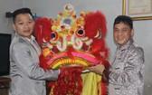 徐梓衡師傅(右)向麒麟捐贈一套醒獅。