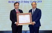 阮春福總理向EVN董事長楊光成頒授一等勞動勳章。(圖源:越通社)