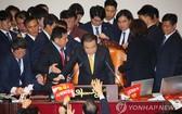 12月27日,在韓國國會,國會議長文喜相在自由韓國黨議員的阻擋下為《公職選舉法》修訂案表決結果落錘定音。(圖源:韓聯社)