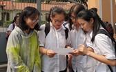 華人學生參加華文科國家優秀生考試後討論試題。