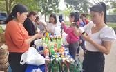勞動者在年底促銷活動上購物。