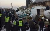 警察和救援人員在客機失事現場展開搜救工作。(圖源:互聯網)