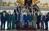 政府總理阮春福(前中)與海防市革命戰士團合影。(圖源:越通社)