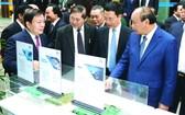 政府總理(前右一)瞭解 5G 設備。(圖源:VGP)