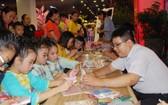 眾多少兒參加日本摺紙藝術活動。