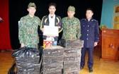 非法運輸鞭炮被抓獲的阮文力(左二)及物證120公斤鞭炮。(圖源:微全)