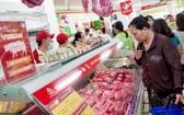 市民選購豬肉。(圖源:互聯網)