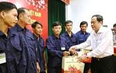 越南祖國陣線中央委員會主席陳清敏(右)向安江省貧困工人贈送禮物。(圖源:玉民)