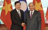 阮春福總理(右)會見老撾總理通倫‧西蘇里。(圖源:VGP)