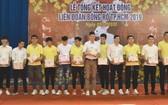市男子隊接受籃協代表頒獎。