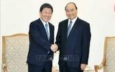政府總理阮春福(右)接見日本外務大臣茂木敏充。(圖源:越通社)