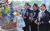 政府總理阮春福(右一)在桂山英靈台烈士祠歷史遺跡上香緬懷歷代英雄烈士。(圖源:越通社)