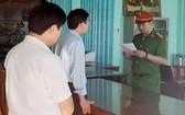 執法警員向阮紅藍(中)宣讀逮捕令。(圖源:黎潤)