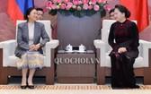 國會主席阮氏金銀(右)接見老撾國會主席巴妮‧雅陶都。(圖源:Quochoi.vn)
