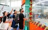 外國遊客對機場的夾禮品機非常感興趣。