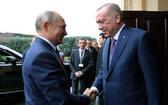 1月8日,土耳其總統埃爾多安(右)在伊斯坦布爾歡迎到訪的俄羅斯總統普京。(圖源:新華社)
