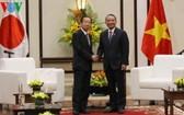 峴港市委書記張光義(右)接見日本眾議院自由民主黨秘書長、日越友好議員聯盟主席二階俊博。(圖源:VOV)