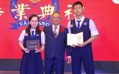 文朗校委主席阮曰朗與古育蕙 (左)和張沛霖(右)。
