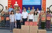 與大發食品公司配合向華人戶送出中秋 月餅。