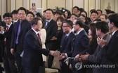 韓總統舉行新年記者會與在場人士握手致意。(圖源:韓聯社)