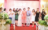 市華語商業中心老師們在聯歡聚會上舉杯合影。