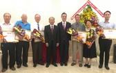 市越中友協給向來大力支持各項活動,並為越中友好關係添磚加瓦作出貢獻的各華人社團、個人贈送獎狀。