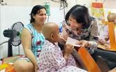 國家副主席鄧氏玉盛向市腫瘤醫院癌症病童贈送春節禮物。(圖源:越通社)