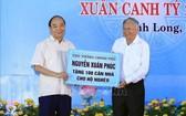 阮春福總理(左)贈送永隆省窮人100間住房。(圖源:越通社)