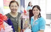 市婦聯會派發禮物給當地家境貧苦的越華婦女。