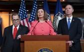 美國眾議院長佩洛西(中)表示出現更多新證據,證明特朗普借助外國勢力,打擊政治對手。(圖源:AP)