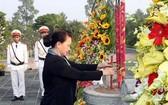 國會主席阮氏金銀在檳椥省烈士陵園上香緬懷各位英烈。(圖源:越通社)