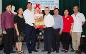 本報編委兼編輯部主任范興(右四)接領第八郡代表團的新年禮物。