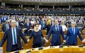 """投票結束後,在場議員手拉手唱起蘇格蘭經典歌曲《友誼地久天長》,以這首家喻戶曉的""""離別之曲""""送別英國。(圖源:CNS)"""