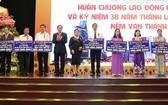 楊文德總經理(左四)捐助各省為窮人基金。