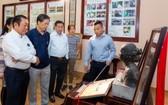 西堤華人懷舊物品收藏者麒麟向觀眾介紹物品的背後故事。