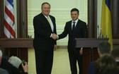 烏克蘭總統澤連斯基(右)與美國國務卿蓬佩奧在聯合新聞發佈會後握手。(圖源:互聯網)