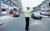 警察在事發現場附近警戒。(圖源:AFP)