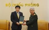 國防部副部長阮志詠上將(右)向韓國國際合作機關駐越南主任Kim Jinoh贈送紀念品。(圖源:文孝)