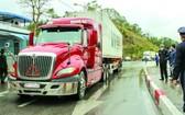 滿載農產品的卡車通關。(圖源:互聯網)