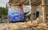 客車與卡車碰撞後衝進民房事故現場。(圖源:CTV)