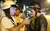 交警對一名機車騎士進行呼氣式酒精測試。(圖源:永富)