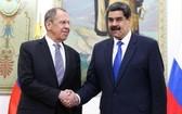 2月7日,在委內瑞拉首都加拉加斯,俄羅斯外長拉夫羅夫(左)與委總統馬杜羅會晤。(圖源:新華社)