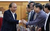 政府總理阮春福與承天-順化省 領導幹部交談。(圖源:VGP)