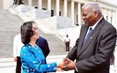 古巴國會主席埃斯特萬‧拉索‧ 埃爾南德斯(右)會見越南共產黨代表團 團長張氏梅。(圖源:黎霞)