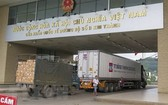 兩輛運載農產品的貨車經老街金城口岸通關運往中國。(圖源:越通社)